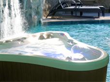 Гидромассажный бассейн спа Dupree Bay рядом с открытым плавательным бассейном в Сочи.