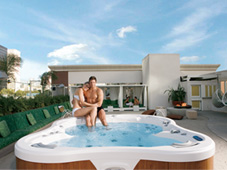 Гидромассажный бассейн спа Amore Bay из топовой серии спа Bay Collection на крыше частного дома.