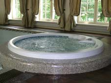 Гидромассажный бассейн спа Arena, вписанная в плавательный бассейн. Колекционый дом в Подмосковье.