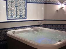 Гидромассажный бассейн спа Seville рядом с сауной и турецкой баней.