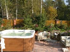 Гидромассажный бассейн спа Californian на площадке рядом с коттеджем (Подмосковье, активно используется в любую погоду).