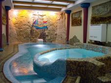 Плавательный бассейн и теплый гидромассажный бассейн спа