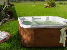 Гидромассажный бассейн спа Diplomat в саду рядом с домом (Подмосковье).