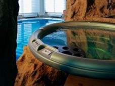 Гидромассажный бассейн спа и плавательный бассейн в искуственном гроте. Зимний сад, скалы и роспись выполнены отделом ландшафтного дизайна.