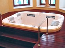 Гидромассажный бассейн спа Seville, встроенный в подиум, ступени отодвигаются для доступа к оборудованию бассейна.