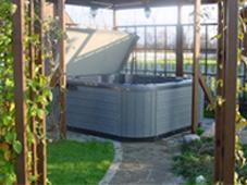 Гидромассажный бассейн спа Chairman ll в беседке рядом с коттеджем. Подмосковье, спа эксплуатируется круглый год.