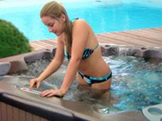 Гидромассажный бассейн спа Venture рядом с плавательным бассейном, Сочи.