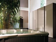 Гидромассажный бассейн спа Sojourn в домашнем wellness-центре.