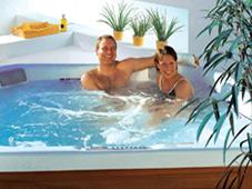 Гидромассажный бассейн спа Nautilus в загородном доме.