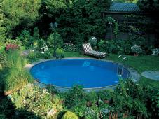 Круглый бассейн в саду